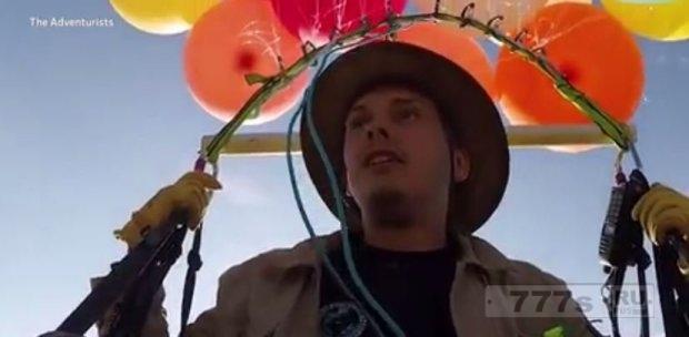 Мужчина пролетел в Южной Африке, используя только воздушные шары и кемпинг-стул.