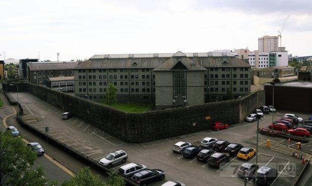Водитель такси ошибочно высадил парней у тюрьмы Кардиффа вместо ночного клуба «Призм»