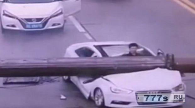 Водитель машины остался жив, когда произошла авария крана.