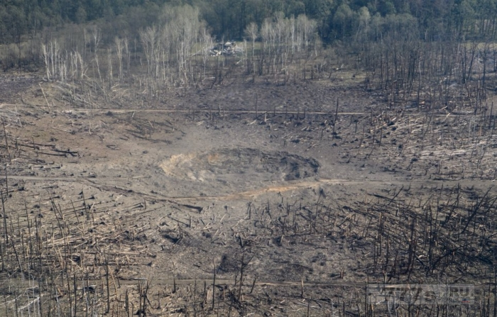 Огромный кратер показывает, какой сильный взрыв разрушил украинский склад боеприпасов.
