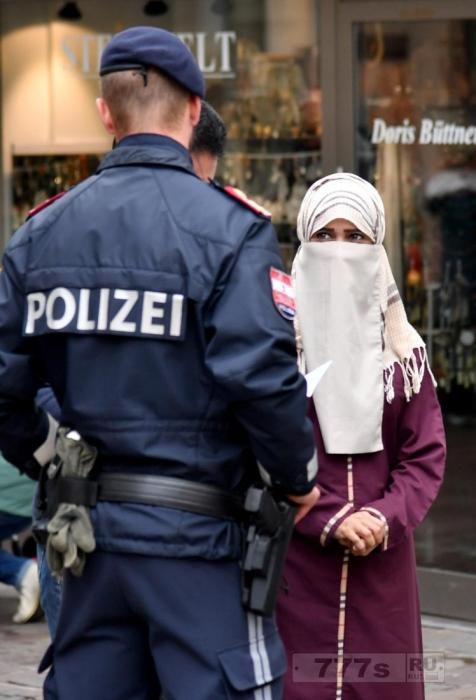 Мусульманка вынуждена убрать вуаль перед вооруженной полицией в Aвстрии.