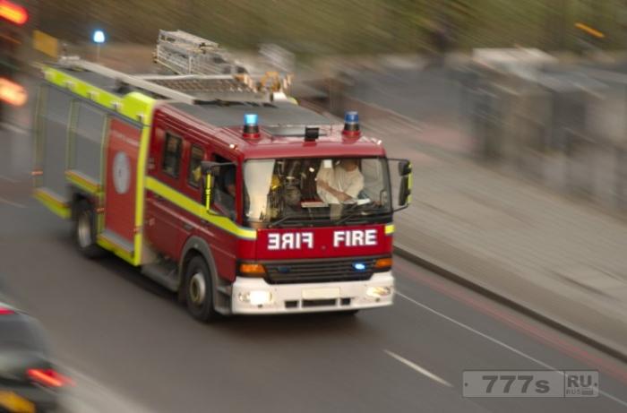 Пожарные обернули детей в пленку для смеха, но были отстранены.