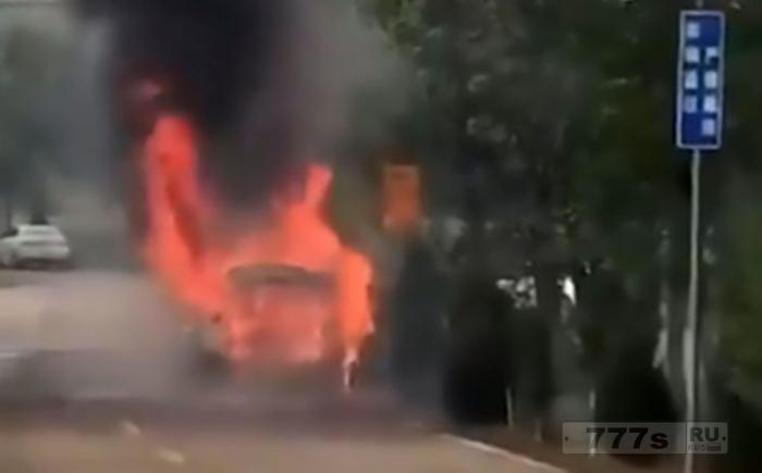 Новобрачные покинули свадебный автомобиль после взрыва праздничных фейерверков.