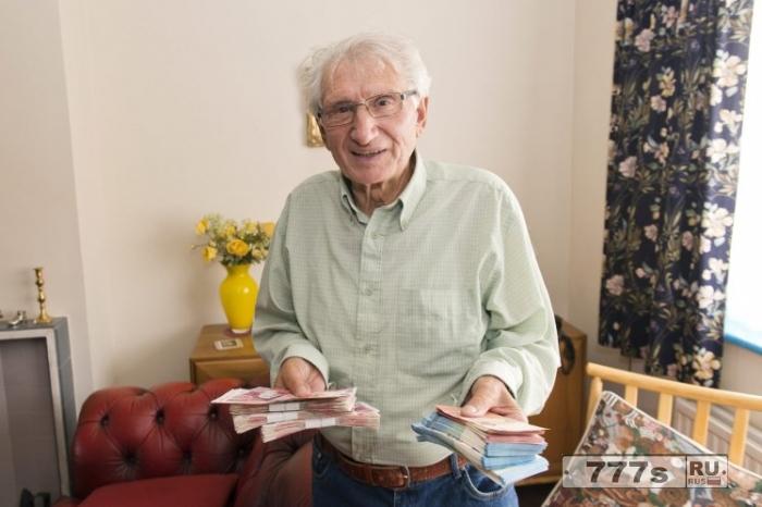 Герой водитель такси вернул 12 000 фунтов стерлингов пенсионеру, поняв, что его обманывают.