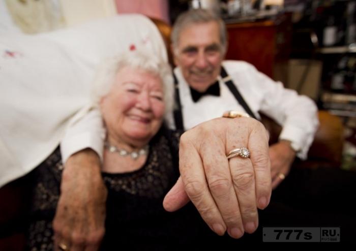 Пожилая пара, которая нашла друг друга в свои 80 лет, обручилась.