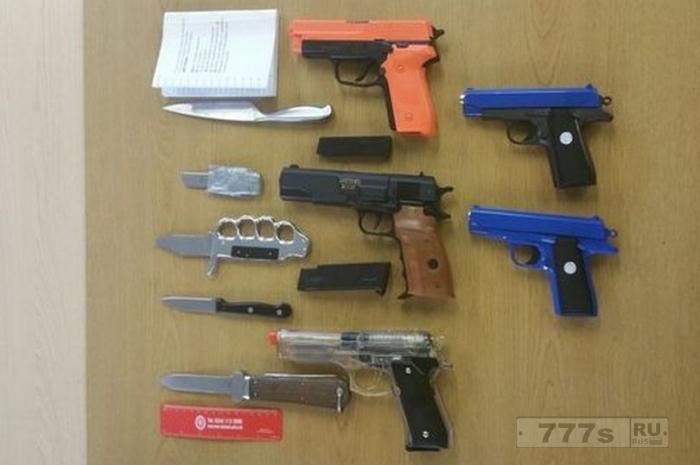 Ужасающее оружие, захваченное полицией в школе.