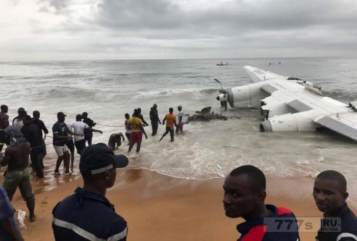 Четыре человека погибло, при падении в море грузового самолета.
