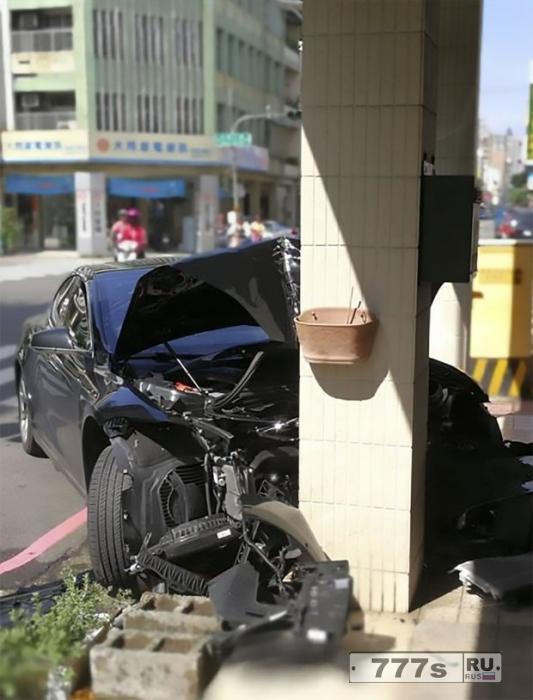 Мужчина разбил арендованный автомобиль о бетонную колонну.