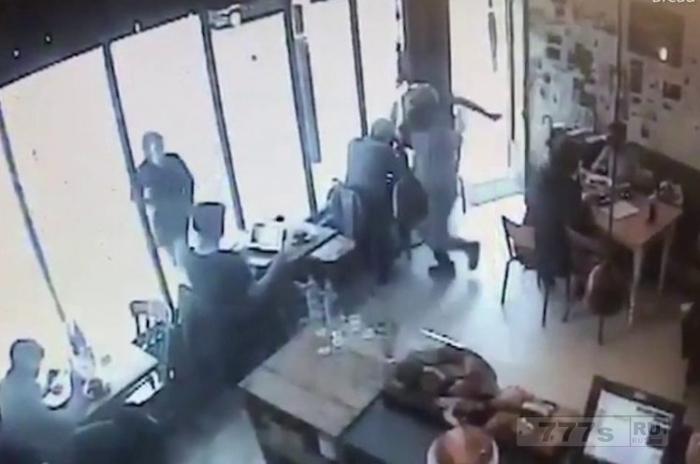 Банда на мопедах вырвала ноутбук у женщины в оживленном кафе в Лондоне.