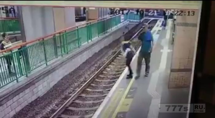 Ужас! Мужчина спокойно толкает женщину сзади на железнодорожные пути.