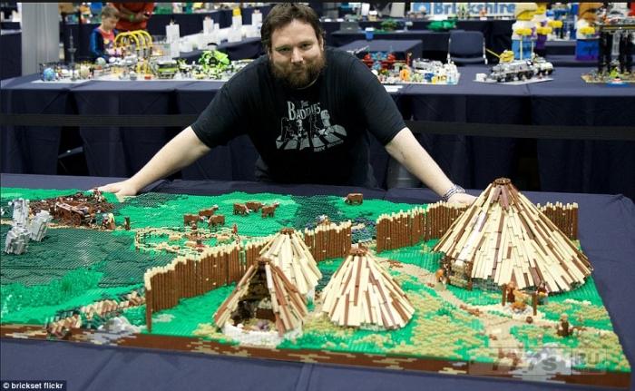 Большой любитель Лего из 50000 кирпичиков создал «произведения искусства» и хранит их в специальных сараях в своем саду.