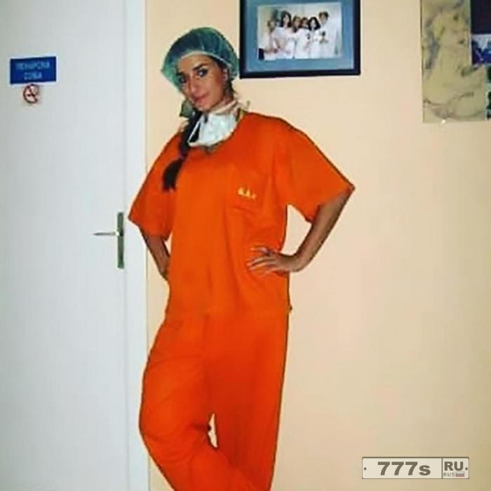 Знакомьтесь потрясающий врач, которая поднимает температуру своим дерзким бикини.