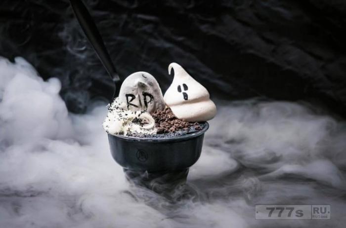 Мороженое из древесного угля, увенчанное паутиной и призраками из безе, появится в Лондоне на Хэллоуин.