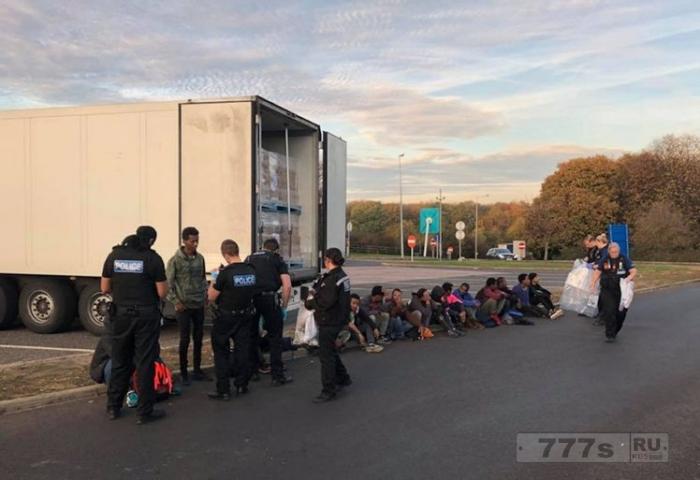 Пятнадцать «мигрантов» были найдены в фуре грузовика на автомагистрали около Кента.