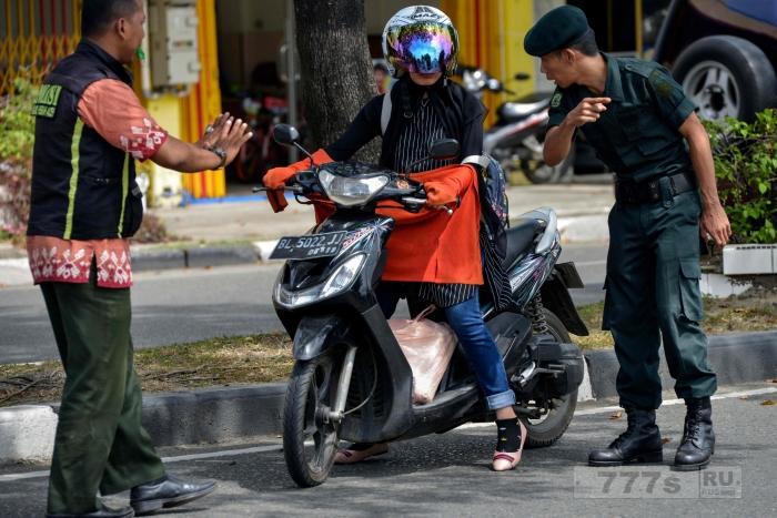 Женщину останавливает полиция за ношение джинсов.