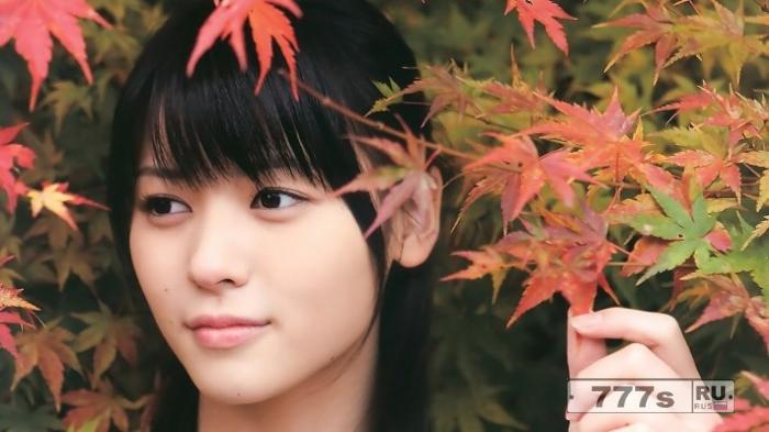 18-летняя школьница заявила, что школа требует от нее покрасить свои натуральные коричневые волосы в черный цвет.
