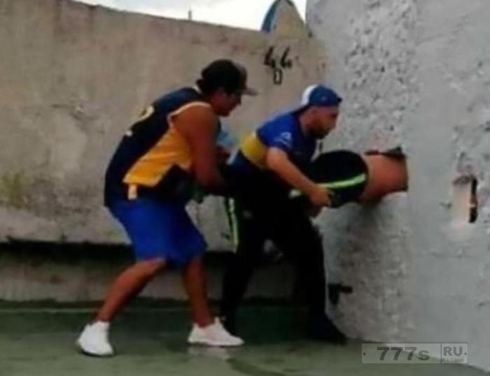 Болельщик Бока Юниорс застрял в дырке в стене, пытаясь пролезть на стадион Bombonera.