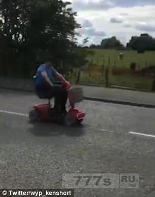 Водитель скоростного скутера поразил окружающих, пролетев мимо них на невероятно большой скорости.