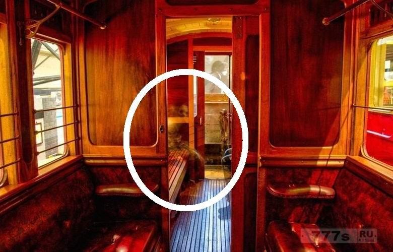 Внутри музея Ирландии, где стоит транспорт, сделали фото жутких привидений