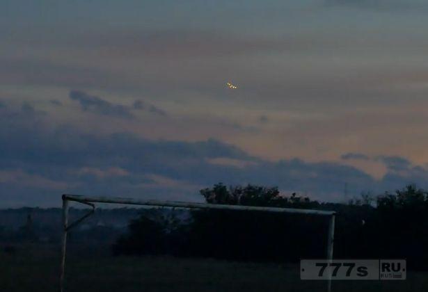 Перепуганные жители испугались НЛО, заметив в небе непонятные летящие огни.