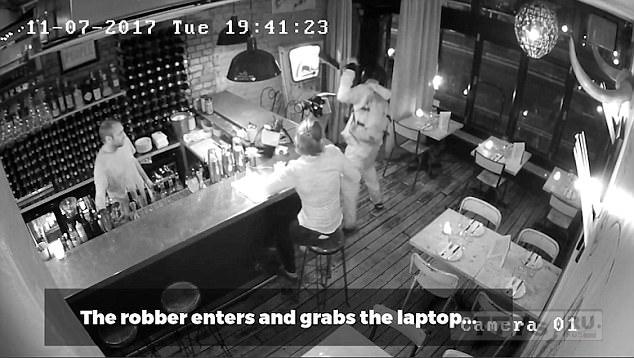 Клиенты ресторана Tapas используют барные стулья для борьбы с грабителем-рейдером, который врывается и пытается украсть ноутбук.