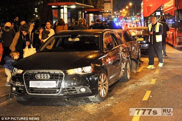 Лондонский водитель автобуса врезается в автомобиль, перевозящий ребенка, когда кричащие пассажиры просят его нажать на тормоза.