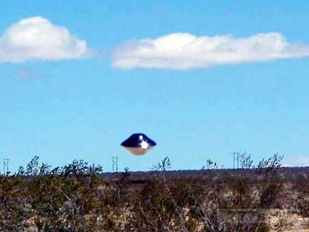 Шокирующее появление НЛО над базой ВМС США в пустыне в Калифорнии повышает вероятность появления инопланетян.