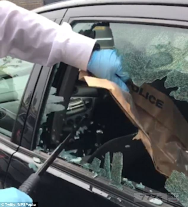 Полиция разбила окно автомобиля, чтобы вытащить 55 мешочков каннабиса из брошенной машины