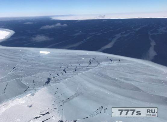 Удивительные фотографии показывают айсберг, размером с Уэльс плавает в море после того, как он оторвался от Антарктиды.