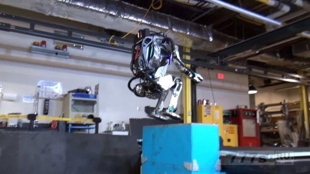 Гуманоид Атлас совершает идеальный трюк в гимнастическом зале для роботов.