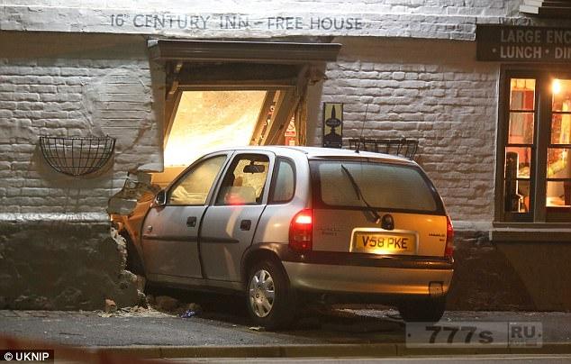 Четыре человека получили ранения, когда машина Vauxhall Corsa врезалась во фронтальную части исторического паба, полный пьющих людей в пятницу вечером
