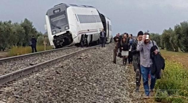 Поезд в Севилье сошел с рельс - по меньшей мере 21 пассажир пострадал.