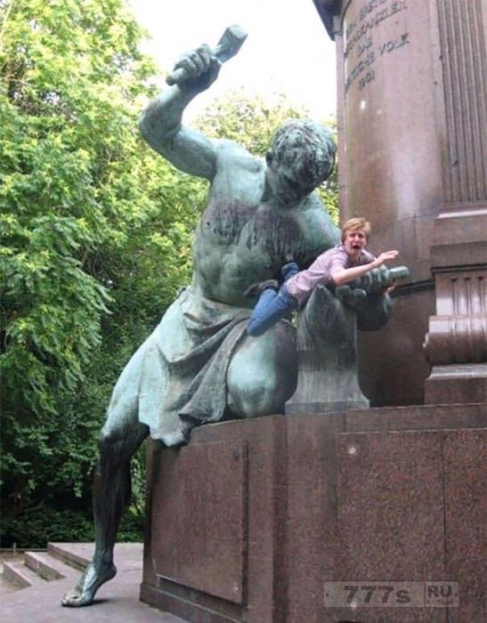 Смешные фотографии показывают надоедливых туристов, веселящихся со статуями.
