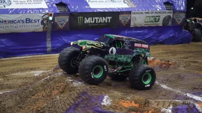 Смельчак водитель из Grave Digger побил рекорд невероятного балансирования на передних колесах на Monster Jam