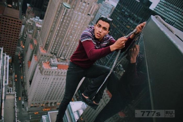 Нью-Йоркский смельчак исполняет смертоносные трюки на вершинах небоскребов.