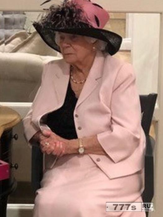 Бабушка в своем лучшем наряде, смотрит по скайпу как ее внук женится.
