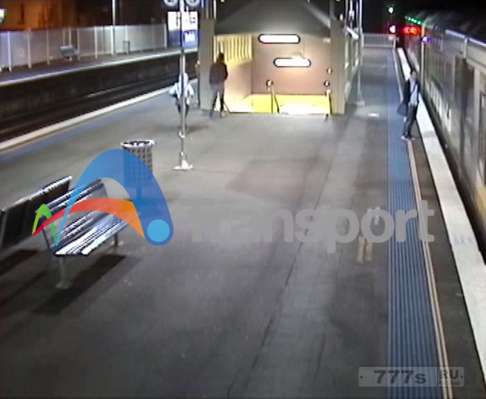 Самый идиотский пассажир пригородного поезда чуть не попал под прибывающий поезд.