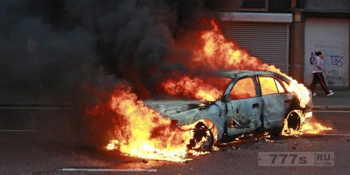 Человеческое тело было найдено в обломках горящей машины, которая взорвалась.