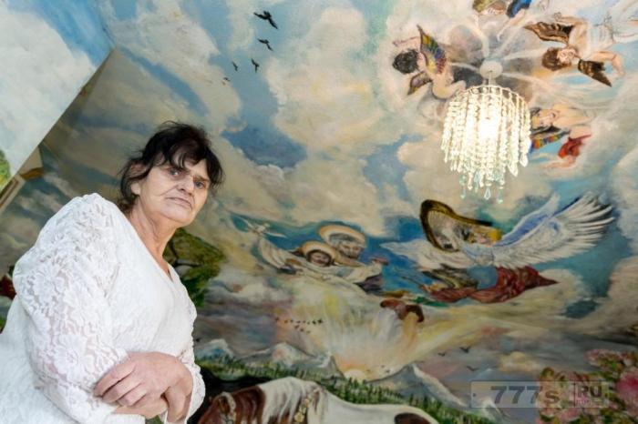 Пенсионерка проводит половину своей жизни, превращая свою муниципальную квартиру в мини Сикстинскую часовню.