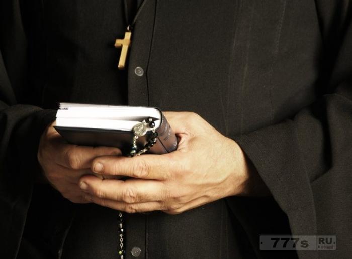 Священник говорит, что жертва изнасилования «просила об этом», крутившись среди иммигрантов.