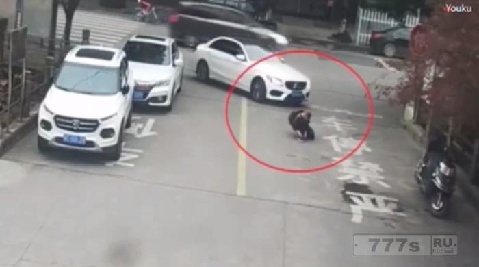 Шокирующий момент школьника давит безрассудный водитель ... но он остался жив благодаря рюкзаку.