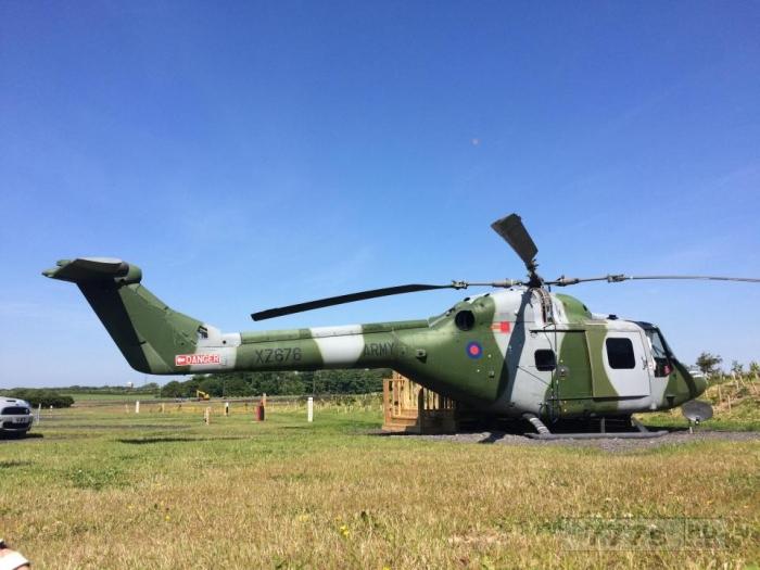 Этот вертолет Британской армии 1980-х годов был переоборудован в фургон, где спит семья из четырех человек.