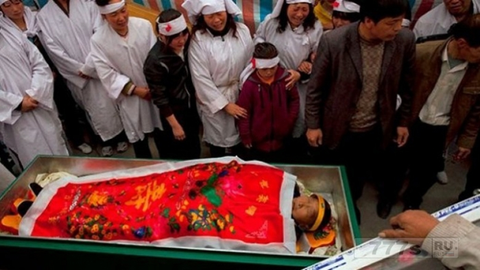 Покойник в гробу ожил, когда его хоронили в Перу