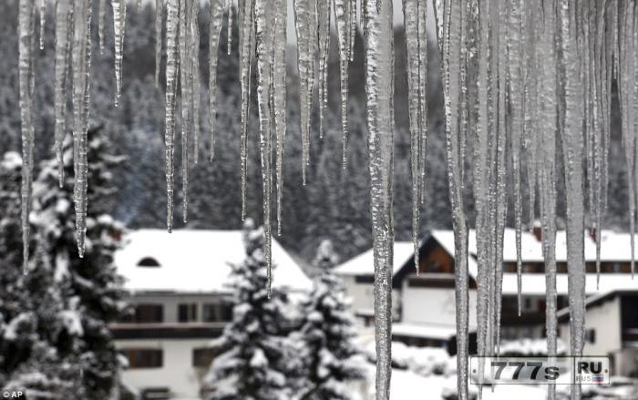 Теоретики заговора считают, что холодная погода обусловлена тем, что планета летит на Землю