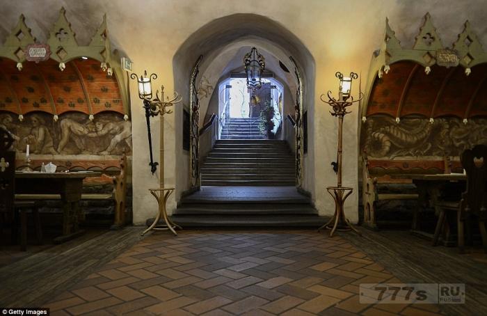 Cтарейший ресторан в Европе по-прежнему находится в подвале польской ратуши через 700 лет после открытия.