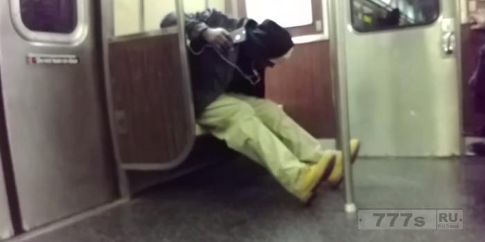 Забавный момент, крыса появилась в поезде метро Нью-Йорка. Пассажиры запрыгнули на сиденья.