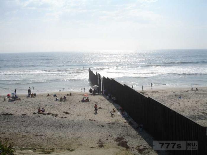 Возведение стены по между Мексикой и Америкой