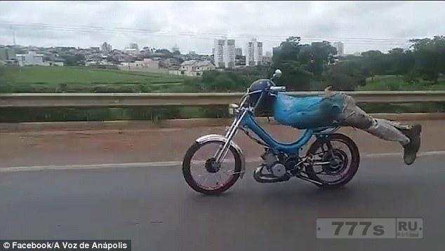 Мотоциклиста арестовали после того, как он ехал на мотоцикле «как Супермен» по оживленной дороге