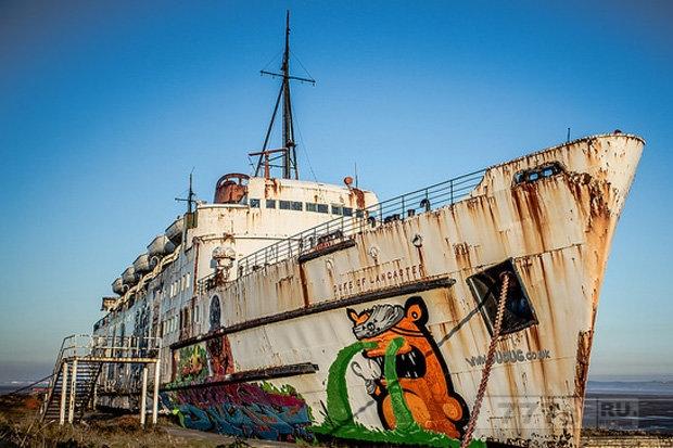 Мужчина исследует круизный корабль, брошенный 30 лет назад - вы не поверите, что внутри