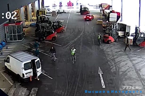 Грабители были остановлены героями водителями погрузчиками, заблокировав их машину